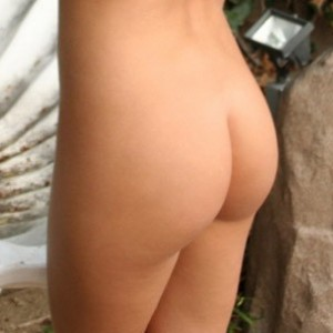 Jeskas Hotbox: Jeska shows off her tight perfectly round ass in the garden